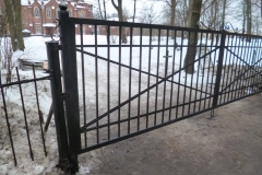 Ворота с коваными элементами декора