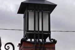Кованый фонарь на воротах