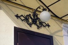 Кованый фонарь над входом в дом