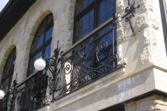 Кованые фонари на фасаде